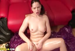 Naked Cam Model Has Her Entire Body Oiled Up For Action
