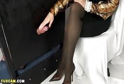 Sweet Cam Model Showing An Incredible Pair Of Legs